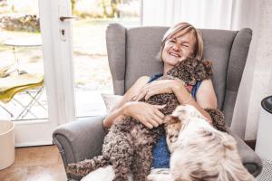 Kuscheln und Spielen gehören für uns einfach zu einer guten Unterbringung für Hunde.